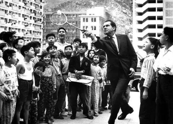 尼克松访问香港,与市民互动打羽毛球
