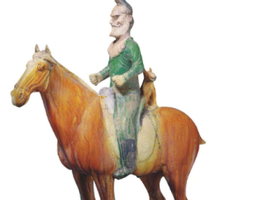 唐,三彩胡人骑马狩猎男俑。三彩马四腿直立,马身...
