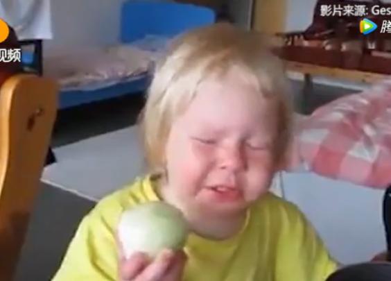 女儿:是苹果!不信我吃给你看!