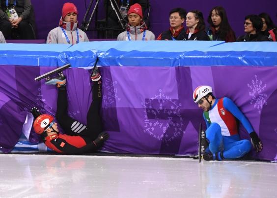 首个比赛日,短道速滑男队意外不断,虎口拔牙困难...