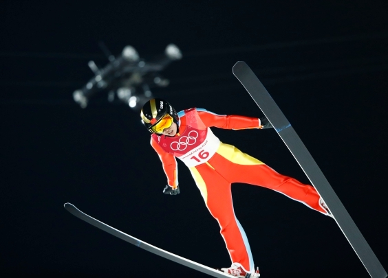百米高空跃下,以110公里时速飞行,跳台滑雪首...