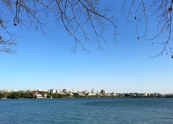 天蓝蓝水蓝蓝!杭州这两天气温回升,西湖美如画!