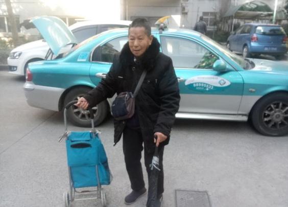 温暖回家路,爱心的哥送91岁残疾老人回家