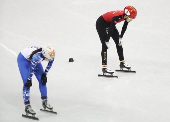 半小时内,中国短道速滑队4名队员被判犯规……