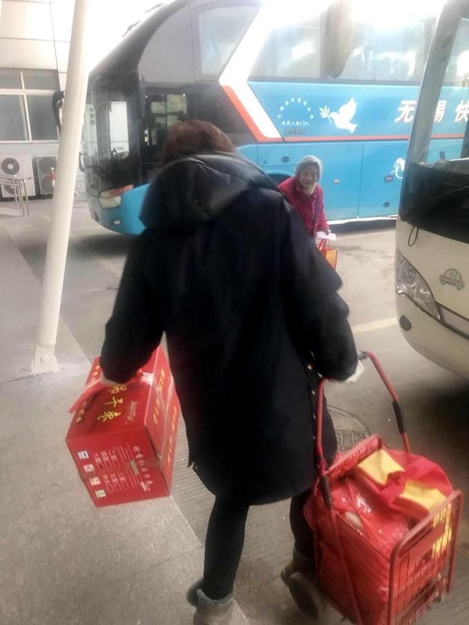 图为受到帮助的老年旅客.jpg