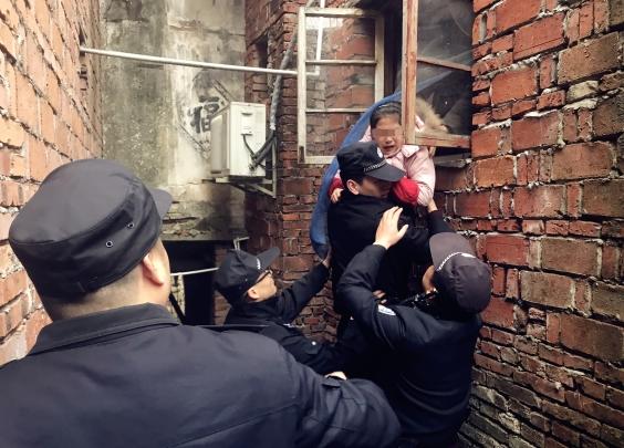 回富阳跟老房合影留念,突然房塌了6人被困