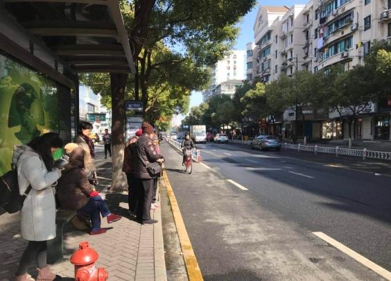 【突发】杭州31路追尾195路公交车,两名乘客受伤