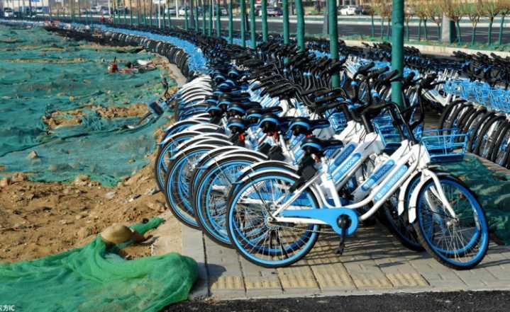 共享单车连摆3公里,人行道都没了