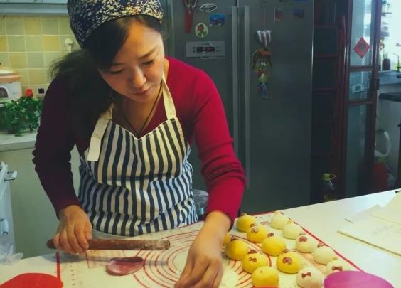 她是《舌尖3》里的坚强妈妈,用早餐诠释着厨房与爱