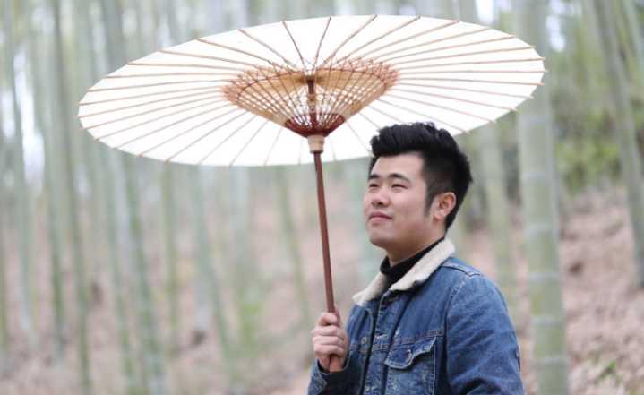 杭州小伙窝山村里3个月,做了把3米大伞,惊艳巴黎米兰