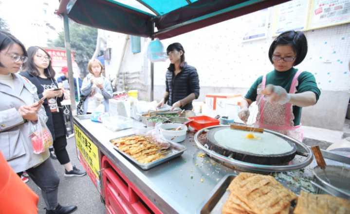 女留学生摆摊卖煎饼,生意火爆一天卖200个