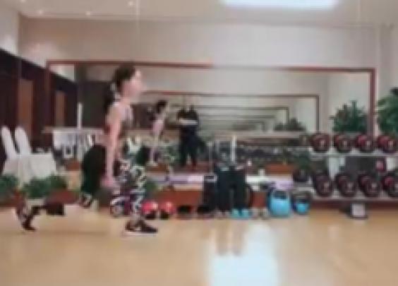 奶茶妹妹在ins上分享自己的健身视频,配文:新...