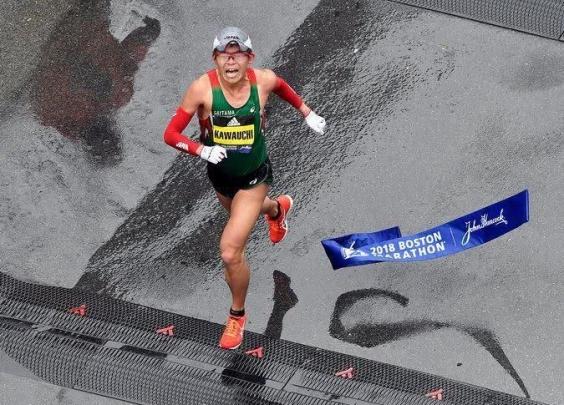 """波士顿马拉松风雨中开跑,日本""""最强公务员""""力压..."""