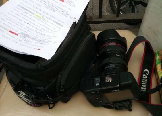 共享单车上有个相机包,保洁大姐赶紧拾包寻人