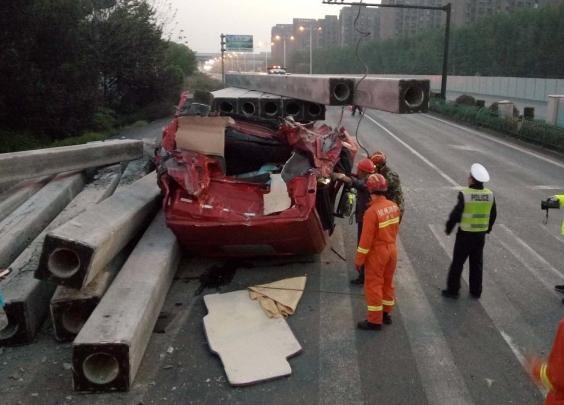 【突发】车载水泥柱挤扁车头,司机遇难