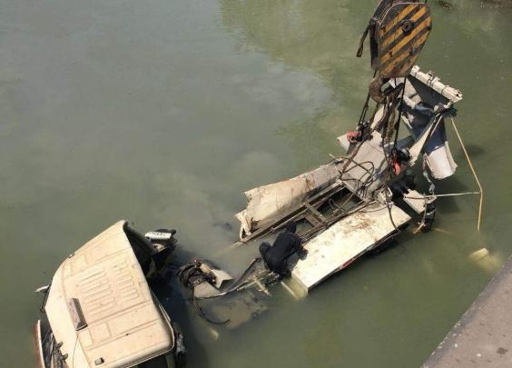 水泥槽罐车掉入杭州绕城西塘河段,驾驶员幸运生还
