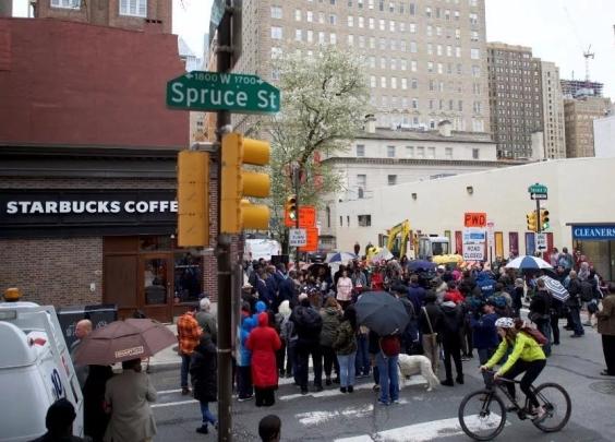 星巴克摊上大事了……全美国都在抵制,8000家店关门