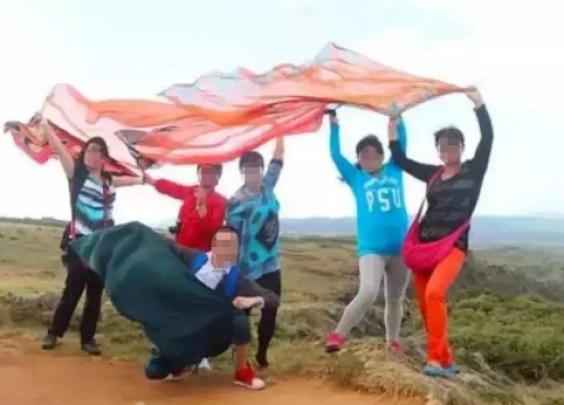 为什么中国大妈拍照时热爱挥舞丝巾