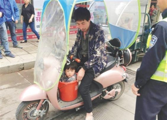 奇葩!青田一男子骑车时将女儿塞进了塑料桶