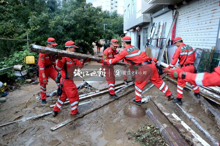 图为机动支队官兵抗台救援的图片 (11).jpg