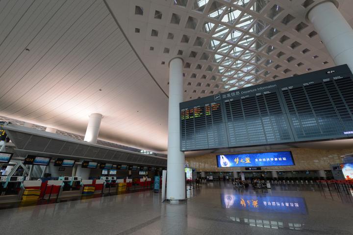 """受台风""""利奇马""""影响,杭州萧山机场出发大厅显得空空荡荡。.jpg"""