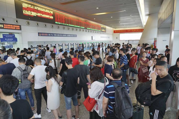 8月10日,在杭州火车东站售票大厅,旅客们正在排队退票。.jpg