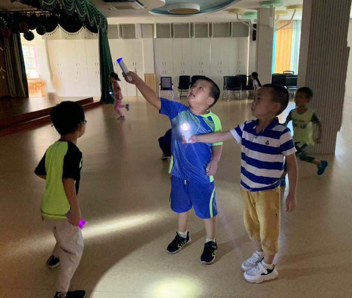 小朋友在黑暗教室玩游戏。.jpg