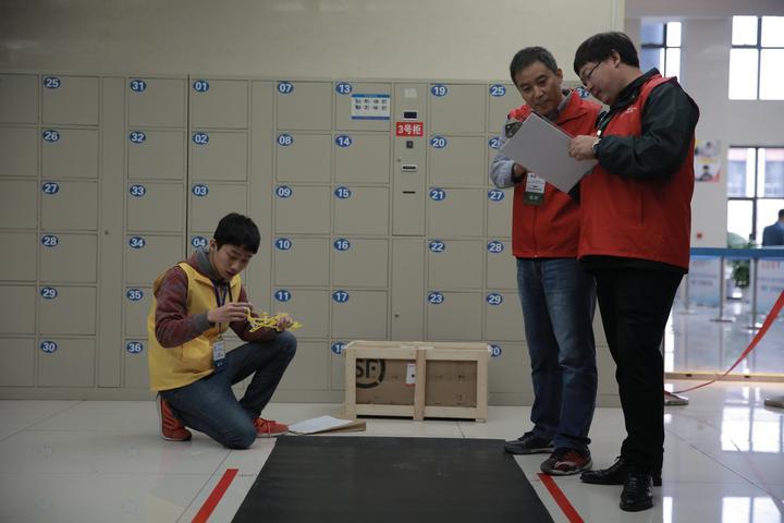 教师组选手准备测试自己的作品.JPG
